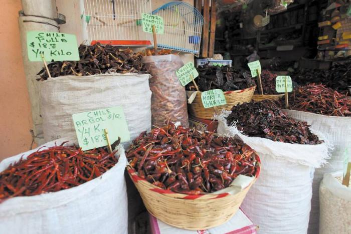 Suszone chili na targu / Meksyk